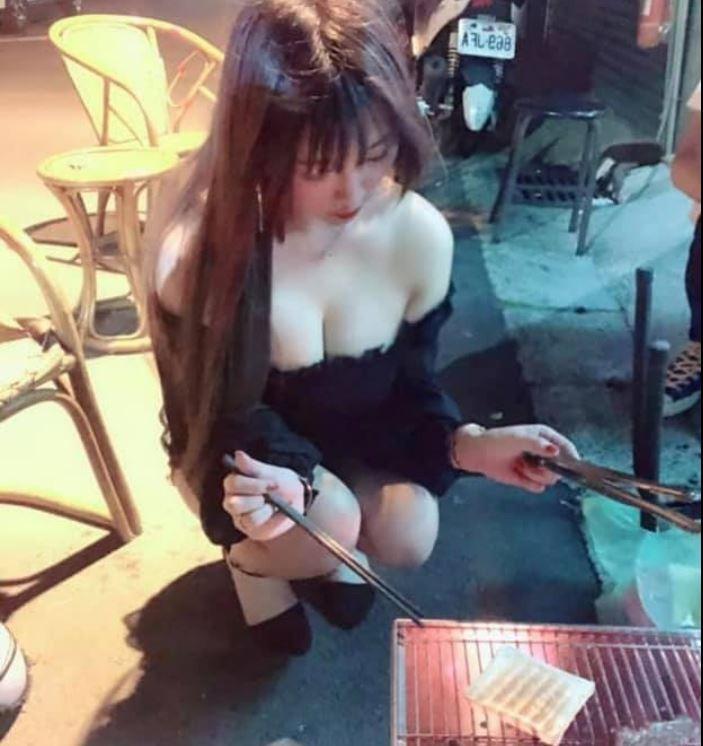 中秋假期烤肉眼睛還能吃冰淇淋!有網友在臉書分享一名妹子穿著低胸洋裝、大露「雪乳」蹲在路邊烤肉的照片,邪惡視角讓他直呼狂噴鼻血,也笑說妹子如此認真烤的東西一定很好吃。(圖擷取自臉書社團「爆廢公社二館」)