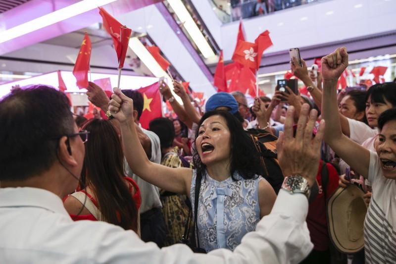 大批手持中國國旗的民眾於淘大商場內唱中國國歌。(歐新社)