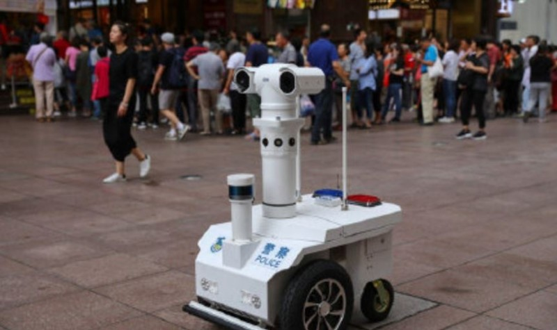 中國各大城市除了加裝無數個辨識人臉的天眼監視器之外,上海現在更推出5G警用巡邏機器人,讓街上民眾的行為全遭到監視。(圖擷自微博)