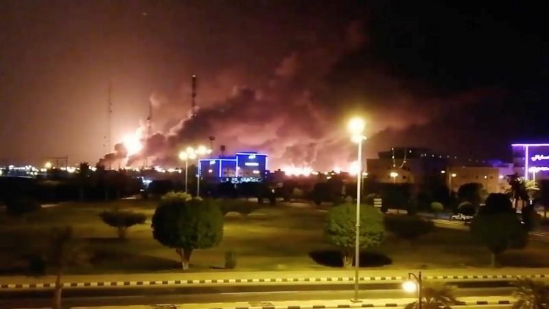 沙烏地阿拉伯國家石油公司位於阿布蓋格的石油設施,在當地時間14日凌晨遭無人機攻擊,引發火災。(路透)