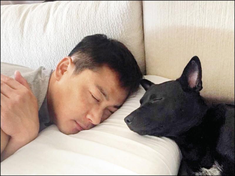 老么樂妹最喜歡與爸媽磨蹭依偎,江宏恩說每天早上起床,都會看到樂妹在一旁,相當暖心。(圖片提供/江宏恩)
