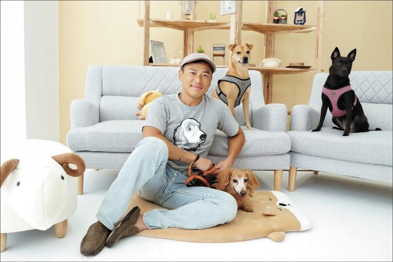 收養浪浪、親手做鮮食,對江宏恩來說狗狗就是家人,是家庭中不可或缺的一部分。(記者陳宇睿/攝影)