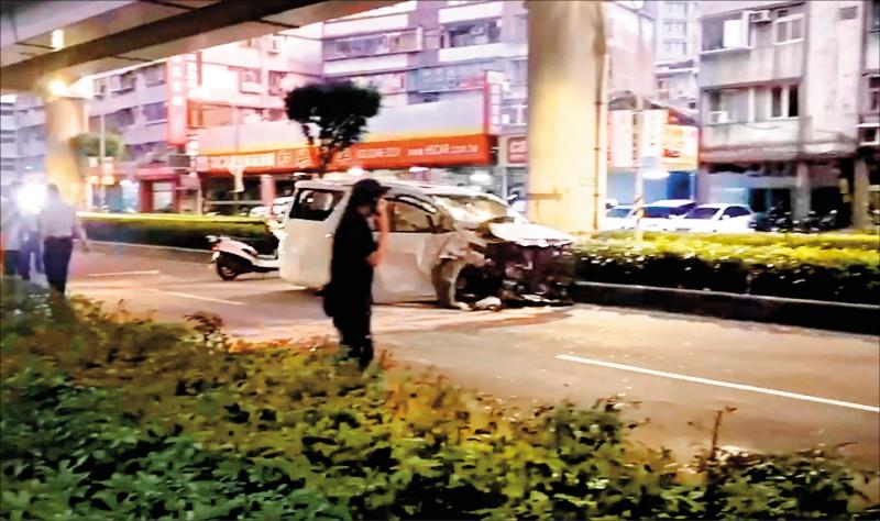 孫男駕駛的廂型車撞上無辜車輛後再自撞護欄,車頭全毀。(記者陳薏云翻攝)