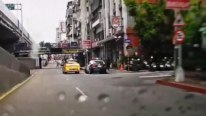 穿黑衣的梁男案發後轉搭計程車到中山分局民權一派出所投案。(記者姚岳宏翻攝)