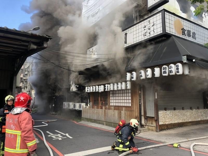 八條壽司清晨傳出火警,消防人員獲報立即前往滅火。(圖由新北市消防局提供)