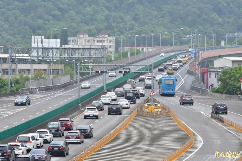 收假日國5北返車潮湧現 雪隧入口回堵4公里