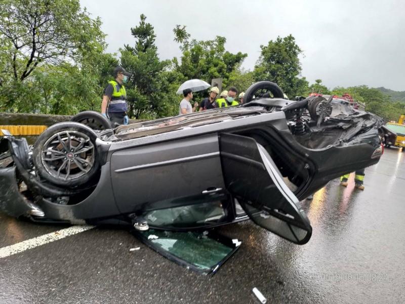 疑天雨路滑釀災 轎車過彎翻覆底盤朝天
