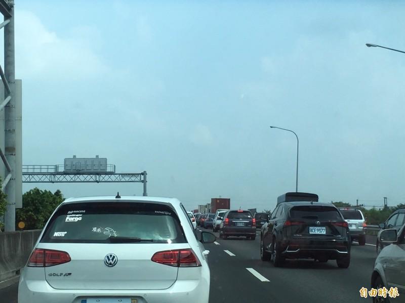 國道一號北上西螺路段已出現塞車車潮。(記者林國賢攝)
