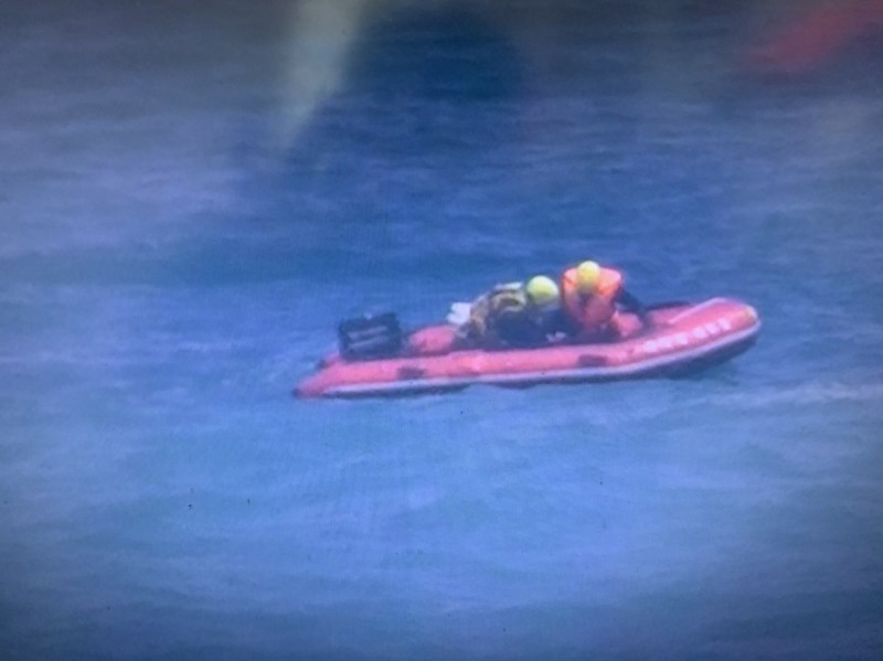 烏石鼻沿岸釣客落海,海巡及消防出動橡皮艇救援。(記者黃明堂翻攝)