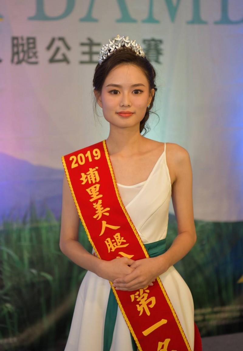奪下后冠的黃冠榕是台中科大學生,氣質清新。(南投縣府提供)