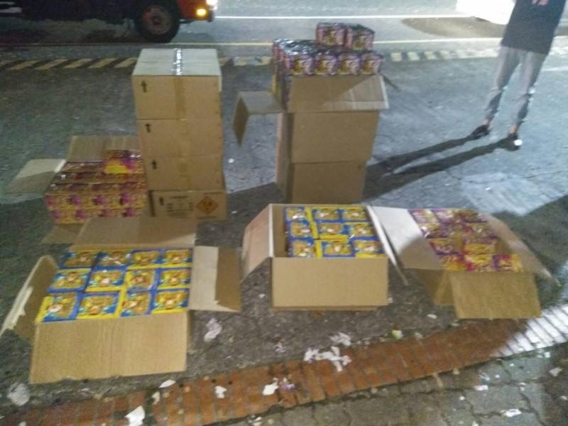 嘉市聯合勤務小組中秋夜在港坪國小前,查扣十大箱無人認領的升空煙火,市值逾2至3萬元。(記者丁偉杰翻攝)