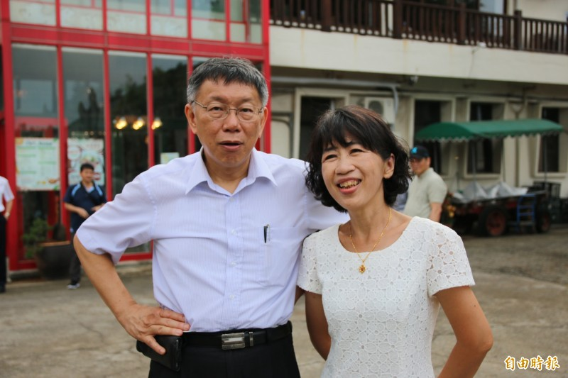 台北市長柯文哲(左)與妻子陳佩琪(右)參訪苗栗竹南的四方牧場,觀摩在地觀光產業。(記者鄭名翔攝)
