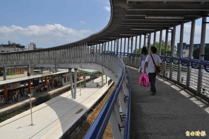 內壢車站跨過月台的天橋。(記者李容萍攝)