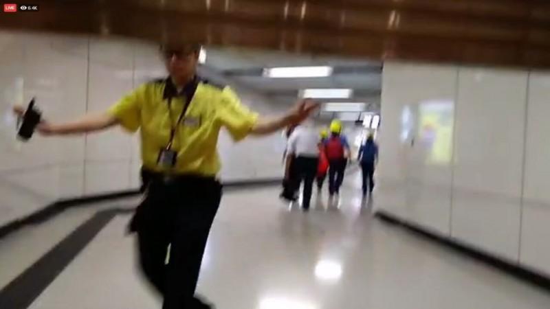記者不被獲准進入地鐵站。(圖擷取自TG_民間人群陣線頻道)