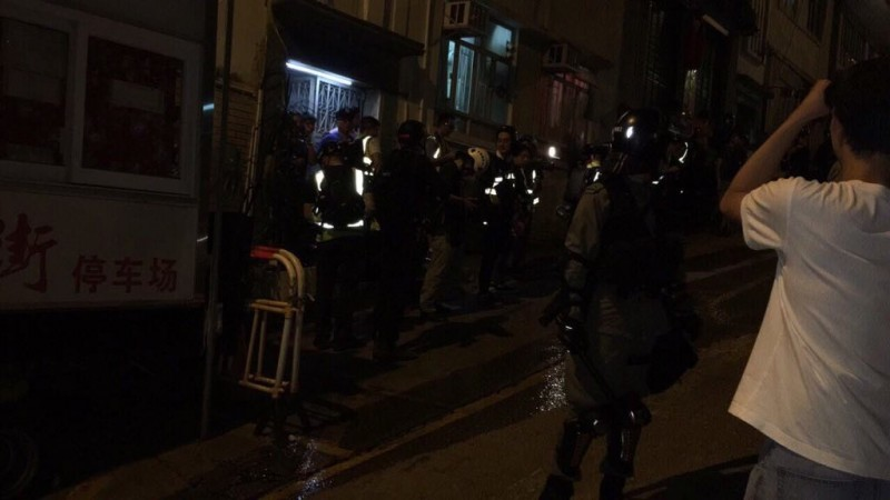 警方進入會所調查。(圖擷取自TG_612reminder)