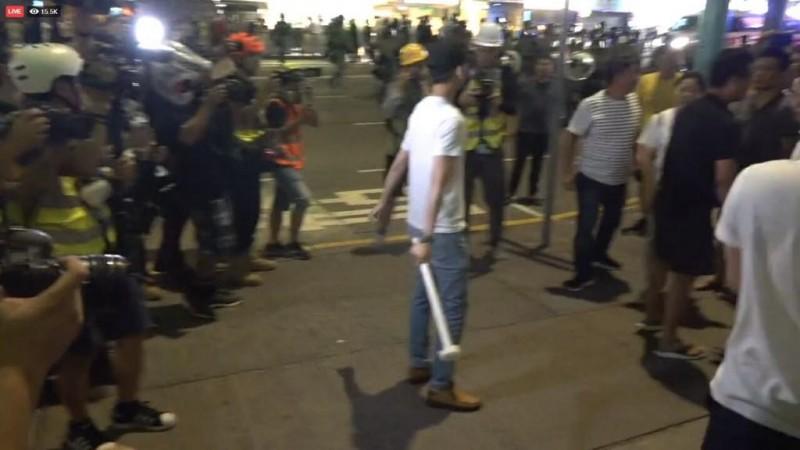 手持硬物的白衣人士攻擊市民。(圖擷取自TG_民間人群陣線頻道)