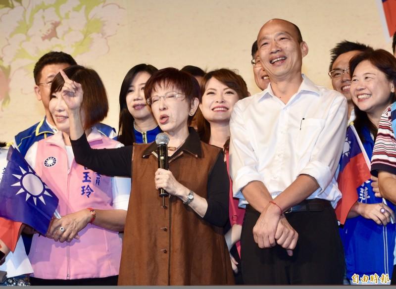 國民黨總統提名人韓國瑜(右)15日出席2019大陸台商中秋節聯誼茶會,爆出歧視言論。前排持麥克風者是國民黨前主席洪秀柱。(記者羅沛德攝)