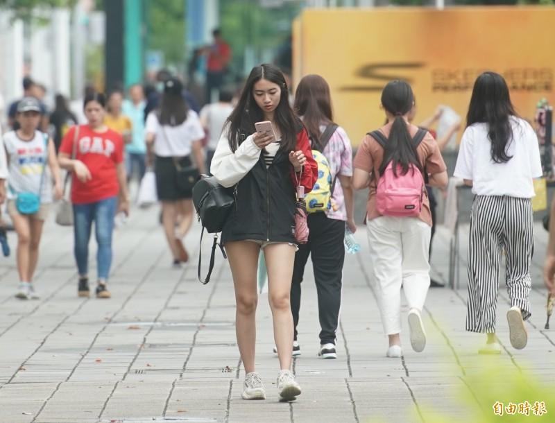 明(16)部分地區有短暫陣雨機會,請民眾攜帶雨具防範。(資料照,記者黃志源攝)