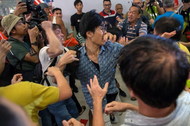 香港九龍灣淘大商場昨(14日)下午濺血,「撐警愛國」與「反送中」兩派人馬爆發嚴重口角與肢體衝突。(歐新社)