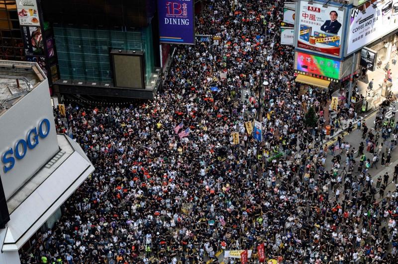 香港民眾今日遊行遭警方反對,但仍有大批群眾上街,佔據銅鑼灣街道。(法新社)