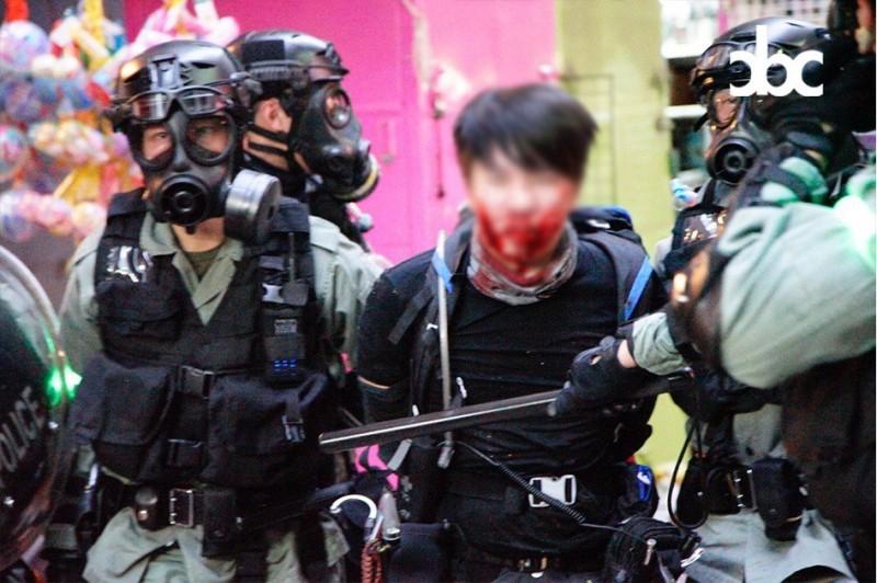 有示威者遭警方逮捕。(圖擷取自臉書_城市廣播)