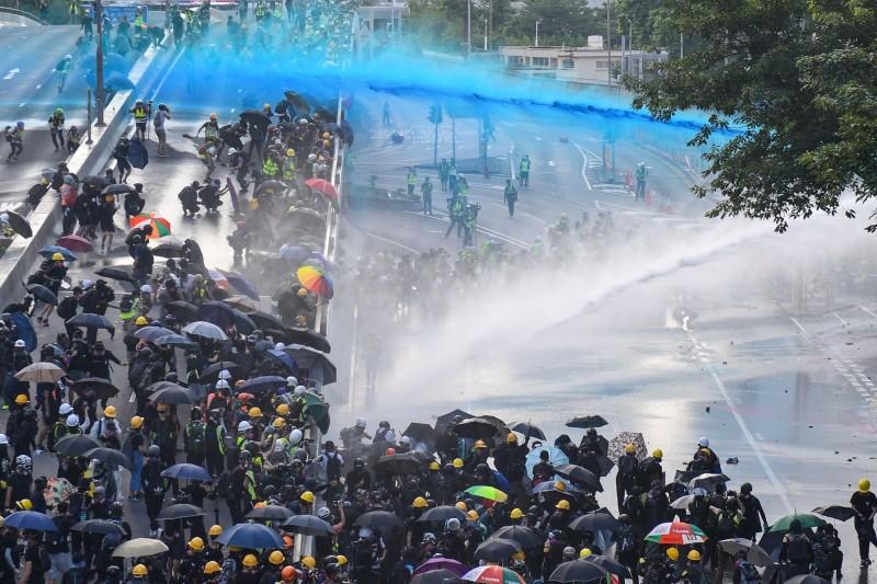 警方出動水砲車鎮壓。(法新社)