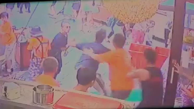 台南安平某家小吃店發生鬥毆事件,打人男子疑似不滿店員出餐太慢上前理論,甚至將14歲少年打到送醫。(翻攝自爆料公社)