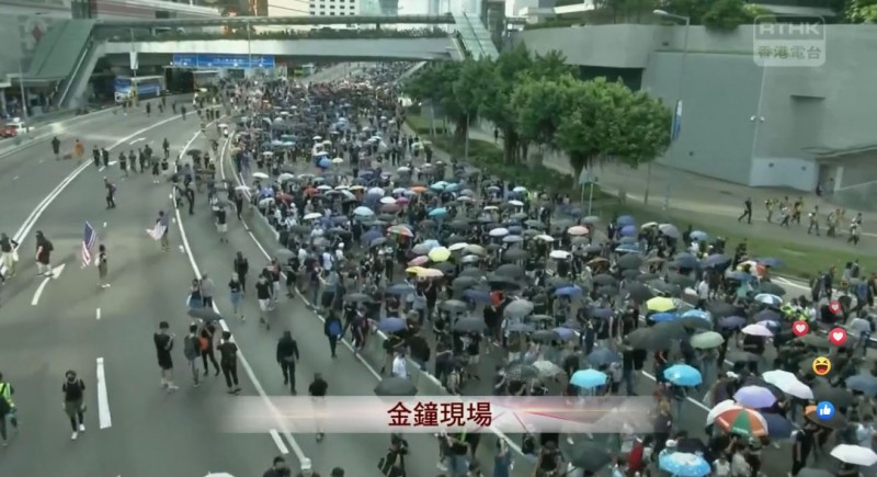 遊行人士走上夏愨道路面,陸續佔領夏愨道全線。(擷取自《香港電台》直播畫面)