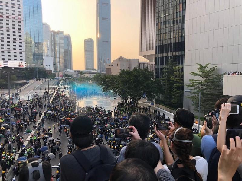 警方出動水砲車鎮壓。(圖擷取自臉書_香港恒生大學學生會編輯委員會)