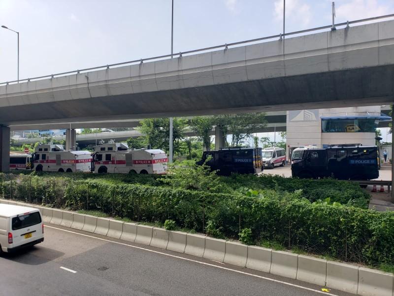 多輛水炮車、裝甲車於香港中聯辦附近戒備。(擷取自「香港電台視像新聞 RTHK VNEWS」Facebook粉絲專頁)