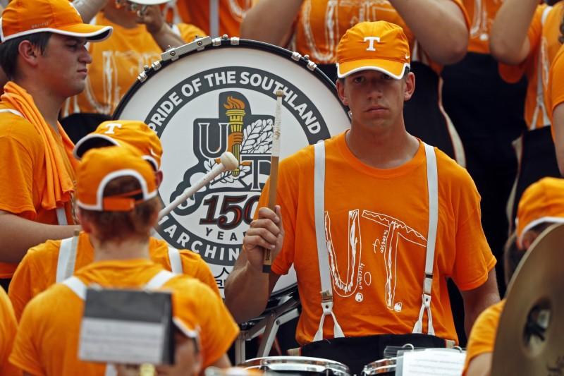 喜歡田納西大學的美國小學男童自製大學T被嘲笑,田納西校方立刻採用其設計並推出新的大學T,昨(14日)大學樂隊穿上T恤亮相。(美聯社)