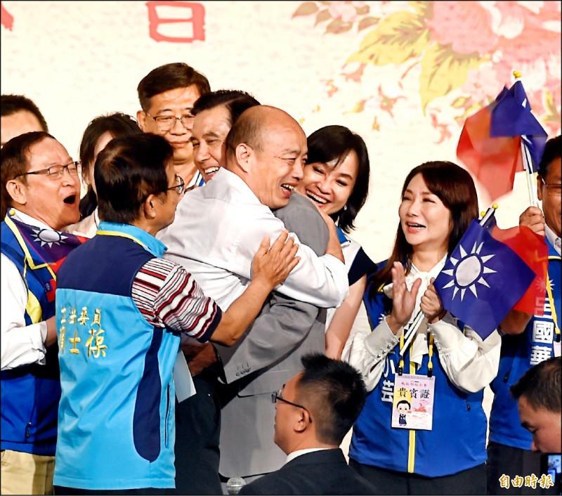 國民黨昨舉辦台商中秋節聯誼茶會,總統提名人韓國瑜特別提前半小時到場與前總統馬英九同台,還主動在台上抱馬。(記者方賓照攝)