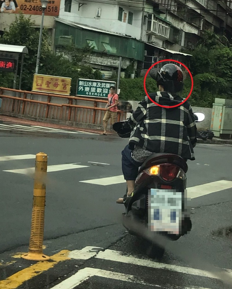 照片中可以清楚看出婦人頭戴遮陽帽後,再將安全帽反戴,非常危險(記者吳昇儒翻攝)