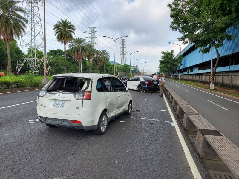 警方追肇事逃逸車輛對空開12槍示警,嫌犯迴轉撞警車造成一警受傷。(記者方志賢翻攝)