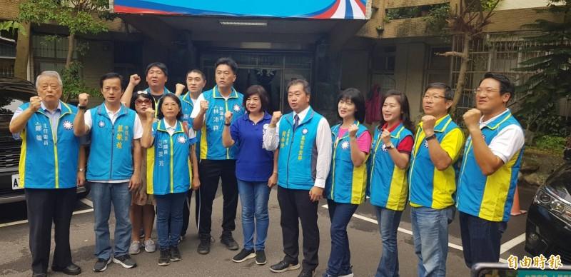 國民黨基隆市黨部舉行「韓國瑜總統、宋瑋莉立法委員聯合競選」看板懸掛活動,藍營市議員都到場力挺。(記者林欣漢攝)