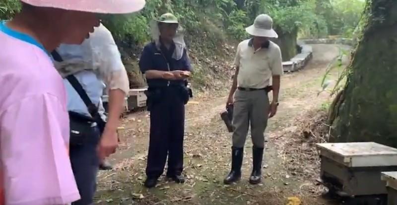 嘉義縣梅山鄉一處養蜂場有大量蜜蜂中毒死亡,警方已前往調查。(記者林宜樟翻攝)