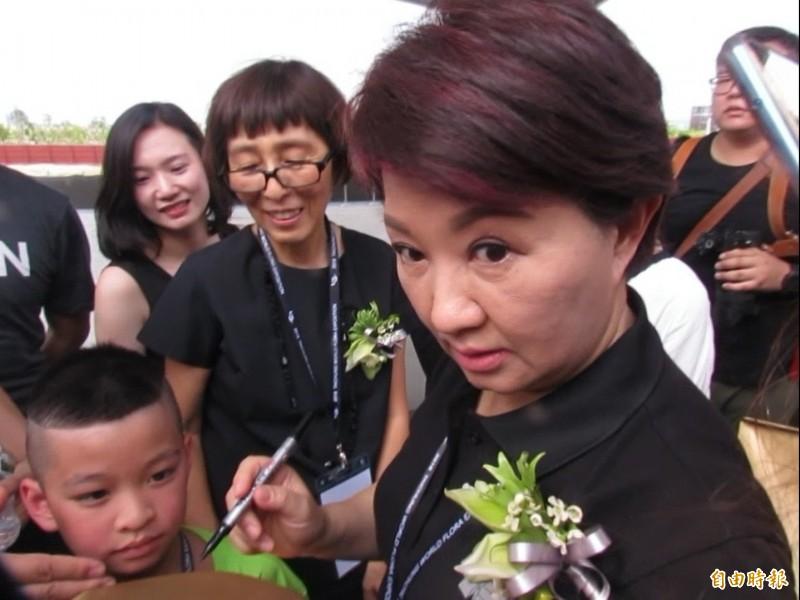 被媒體突問「接韓國瑜主委嗎」,盧秀燕瞪大眼連說7、8次謝謝。(記者蘇孟娟攝)