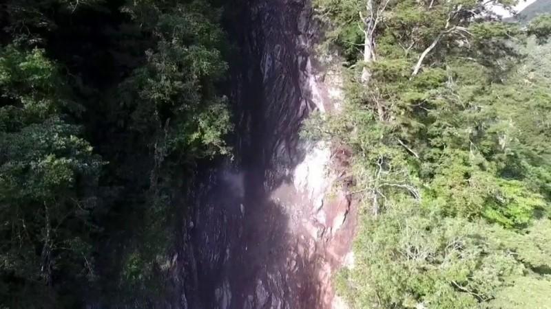 中橫公路台8線131公里慈航橋路段發生大量土石坍方,目前持續封路中。(圖由公路總局第四區養護工程處提供)