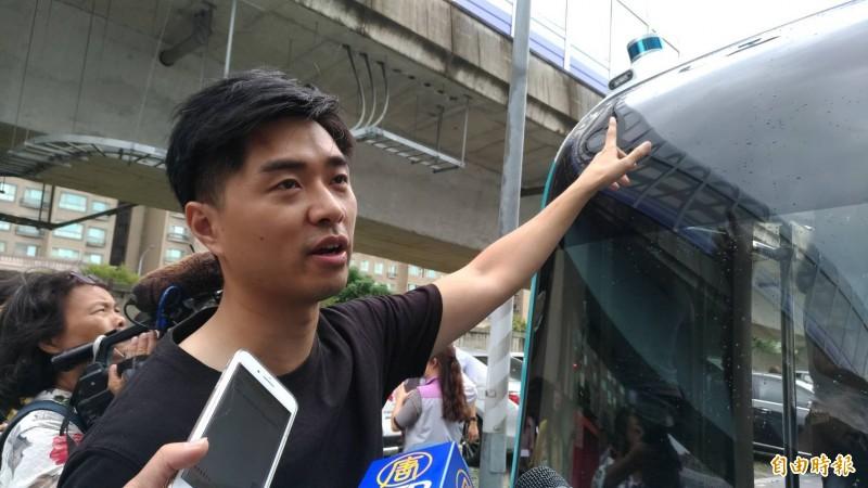 台灣智駕公司執行長沈大維說,自駕車靠著車體搭載的雷達、攝影鏡頭等設備及地圖系統運行,最高速設定在40公里,平時運行設定在20公里,測試過程已模擬各種可能的出現的道路情境。(記者鄭淑婷攝)