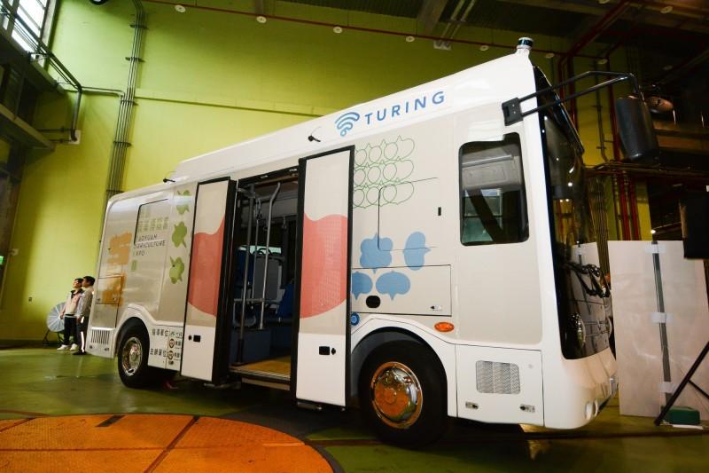 由台灣智駕公司打造的6米無人中巴,關鍵零組件50%由本土廠商提供,將先於9月28日開幕的農博公開亮相。(市府經發局提供)
