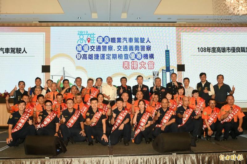 高雄市長韓國瑜出席表揚交通安全貢獻者77人。(記者張忠義攝)
