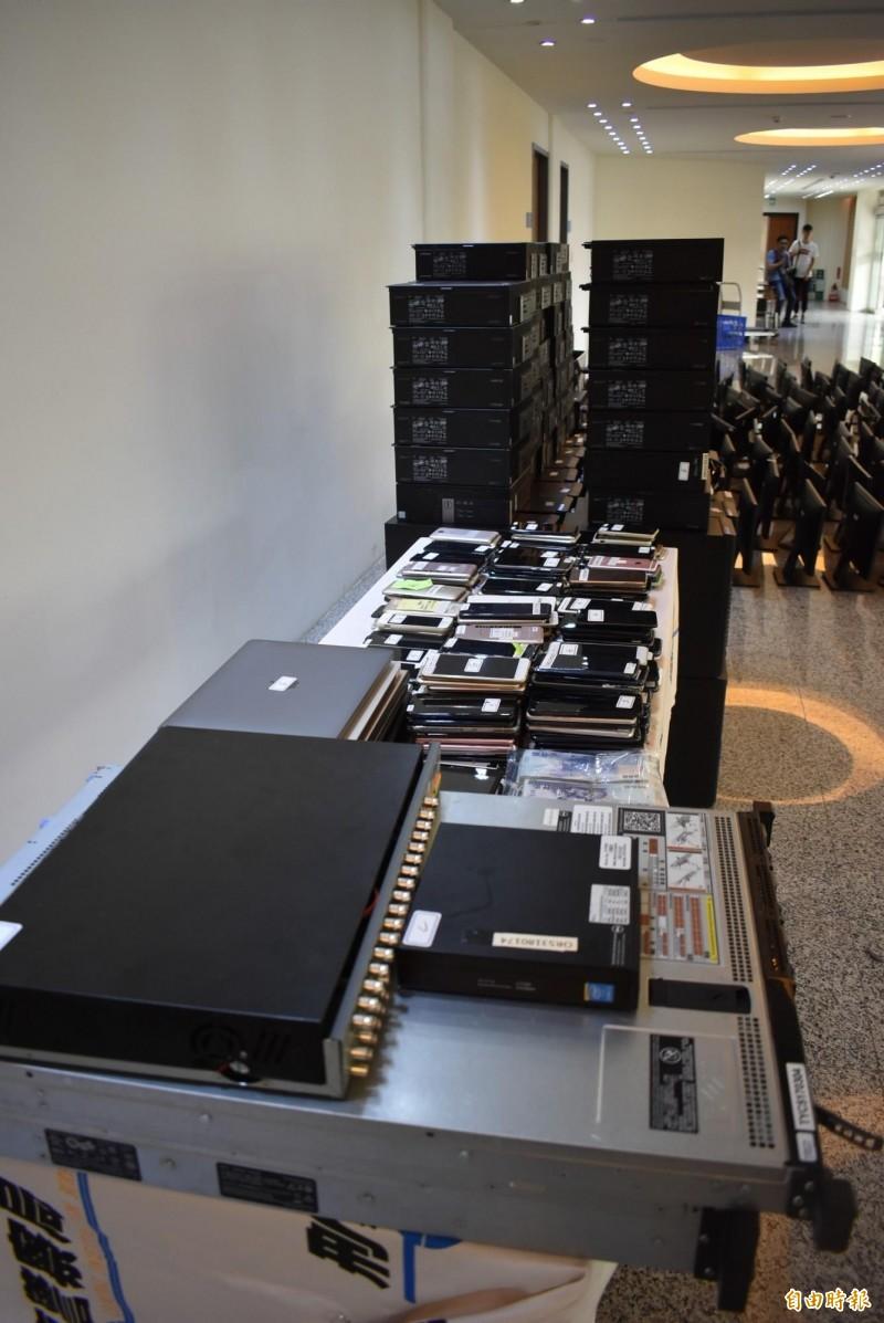 警方查扣大批電腦設備,但伺服器卻是設於美國。(記者張瑞楨攝)