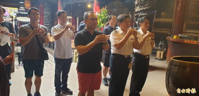 空勤總隊第二大隊隊長林國強(右2),率領多位飛官同仁到大甲鎮瀾宮拜拜祈福。(記者歐素美攝)