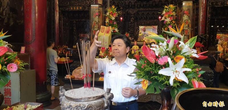 空勤總隊第二大隊隊長林國強,將鎮瀾宮贈送的壓轎金在香爐前過火。(記者歐素美攝)