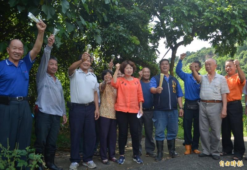 太平黃竹山區野生獼猴危害農作嚴重,市議員李麗華(左5)今天邀集農民商討對策,高喊:「抓猴特攻隊,出動!」(記者陳建志攝)