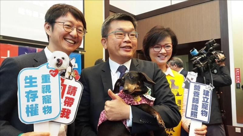 立法院副院長蔡其昌在臉書PO出與狗兒的合照,強調國家的文明程度,取決於如何善待動物。(擷取自臉書)