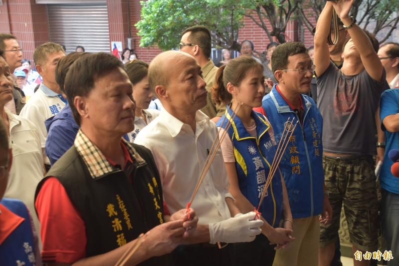 高雄市長韓國瑜(左2)主持市政請益座談會前,先到岡山壽天宮參拜。(記者蘇福男攝)