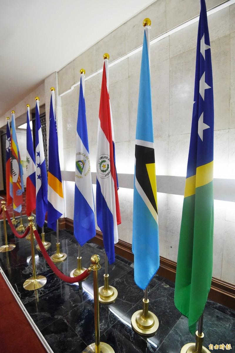 我今晚宣布與索羅門群島斷交。右一為索羅門群島國旗。(記者朱沛雄攝)