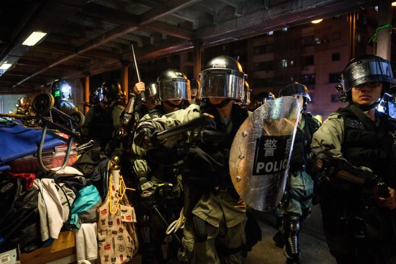 反送中》扯!因持切月餅「餐刀」 學生記者遭港警抓捕