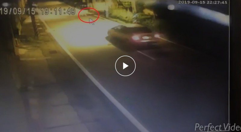 隨後一輛汽車便從林男頭部輾壓。(警方提供)